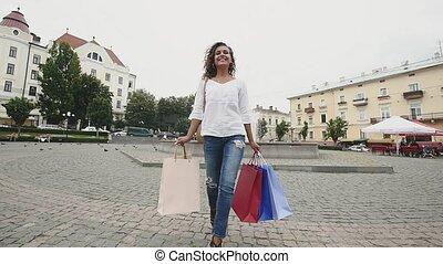 sacs, marche, achats femme, jeune, mouvement, lent, rue., heureux