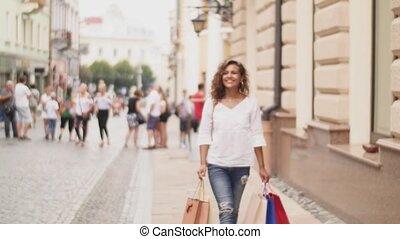 sacs, marche, achats femme, jeune, rue., heureux