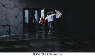 sacs, marche, achats femme, shop., jeune, mouvement, lent, heureux, dehors