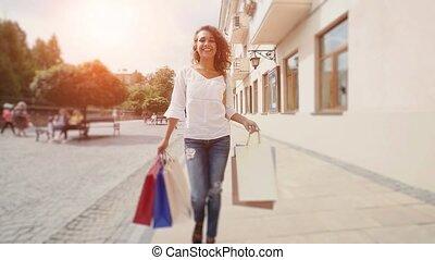 sacs, marche, achats femme, ville, motion., lent, fond, soleil, heureux