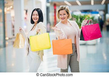 sacs, marche, achats, filles, deux, centre commercial, amis, heureux
