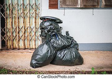 sacs, porte, déchets, mur, maison, pile