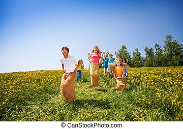 sacs, saut, enfants, ensemble, jouer