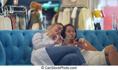sacs, smartphones, achats, jeune, conversation, centre commercial, femmes, heureux