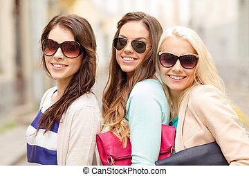 sacs, sourire, lunettes soleil, trois femmes