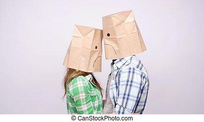 sacs, têtes, couple, triste, leur, papier, faces