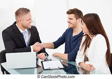 sacudida, pareja, consejero, financiero, mano
