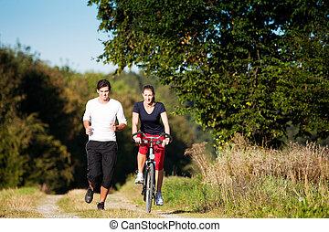 sacudindo, par, desporto, ciclismo, jovem