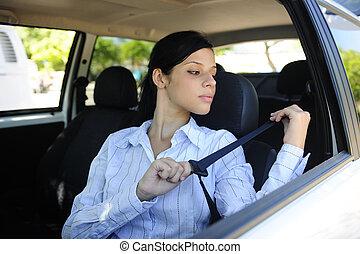 safety:, kvinnlig, chaufför, fästande säkerhetsbälte