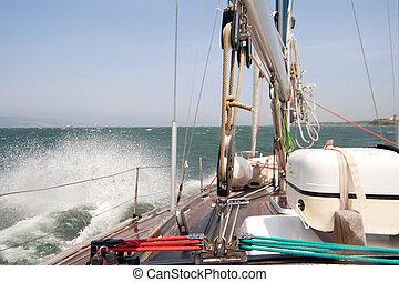 sailing barco, velejando, em, a, mar tempestuoso