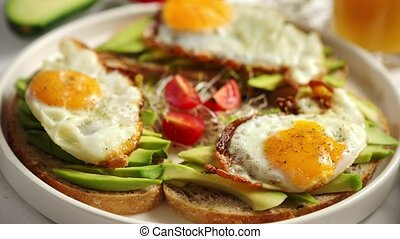 sain, avocat, haut, coupé, sandwichs, fin, petit déjeuner, oeuf frit