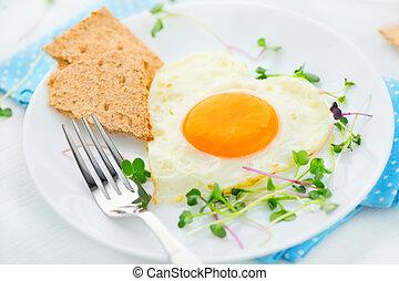 sain, breakfast., frit, forme coeur, oeuf, closeup