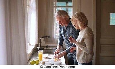 sain, couple, avoir, préparer, mûrir, amusement, petit déjeuner, aimer, personne agee, heureux