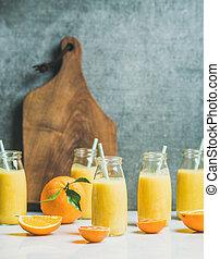 sain, jaune, smoothie, à, agrumes, dans, bouteilles verre