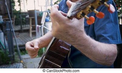 sain, retiré, homme aîné, doigt, cueillette, sur, sien, guitare classique, dehors