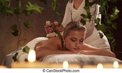 sain, spa, thérapie, femme, balle, style de vie, jeune, obtient, herbier, salon., concept., beau, masage, soin corps