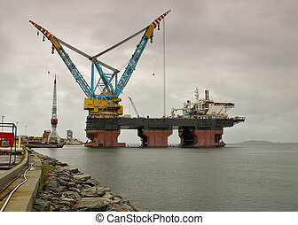 Two fully revolving cranes with 140-metre-long booms fitted with 4 hooks. Each crane is capable of lifting up to 7,000 tonnes at 40 m lift radius using the main hook.