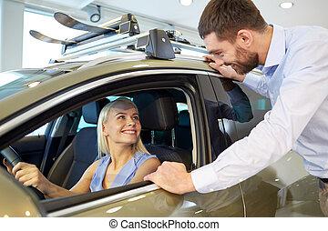 salão, mostrar, automático, par, car, ou, comprando, feliz