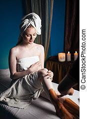 salão, mulher relaxando, máscara, argila, spa, pernas
