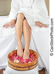 salão, tigela madeira, pés, femininas, spa, flores