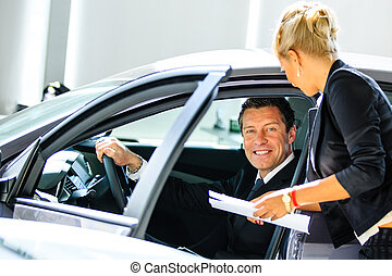 salón, ayuda, coche, joven, escoger, consultor, hombre