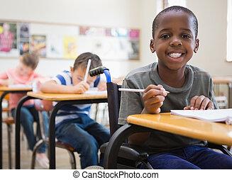 sala aula, incapacitado, sorrindo, câmera, pupila