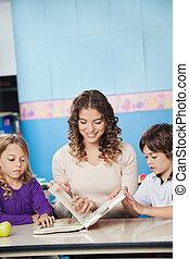 sala aula, jovem, professor, livro, leitura, crianças
