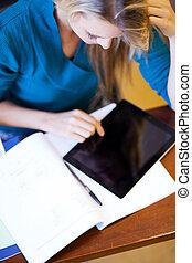 sala aula, tabuleta, computador, estudante universitário, usando