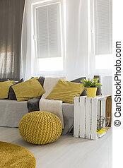 sala, con, energético, amarillo, detalles