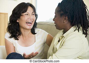 sala de estar, dois, falando, sorrindo, mulheres