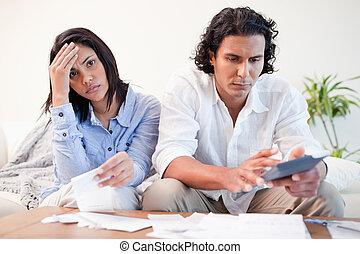 sala de estar, par, seu, cálculos, frustrado