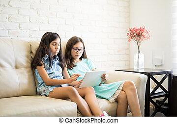 sala de estar, tabuleta, sofá, hispânico, irmãs, usando