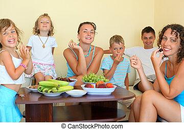 sala, família, grande, come, fruta, crianças, cosy, feliz
