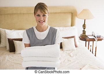 sala, hotel, empregada, toalhas, segurando, sorrindo