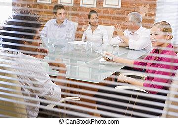 sala reuniões, cinco, janela, através, businesspeople