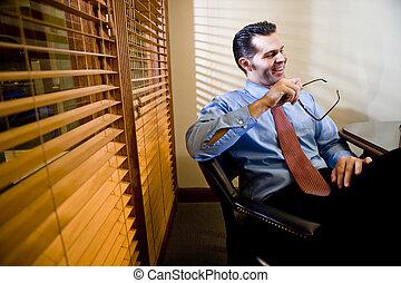 sala reuniões, tabela, homem negócios, feliz, sentando