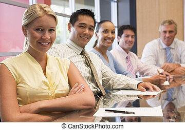 sala reuniões, tabela, sorrindo, cinco, businesspeople
