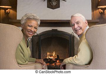 sala, sentado, pareja, sonriente, chimenea
