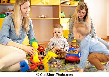 sala, sentando, chão, toddlers, amigos, tocando