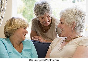sala, tres, hablar, sonriente, mujeres
