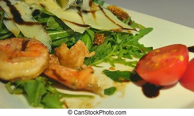 Salad rocket parmesan with Shrimp, Tomatoes, figs and pepper.