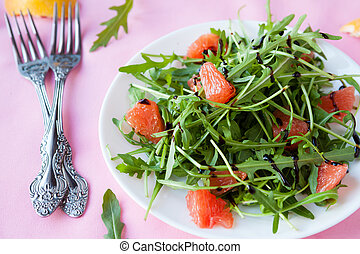salad with arugula and grapefruit slices