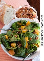 salada espinafre, com, pecans, pêssegos, e, pão fresco