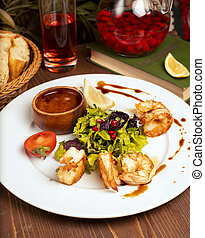 salade, citron, crevettes, tomates, sauce, vert, grillé, plaque., blanc, trempette