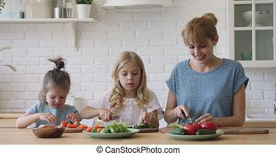 salade, cuisine, filles, cuisine, maman, découpage, heureux...
