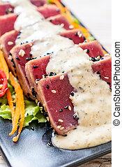 salade, légume cru, thon frais, sauce