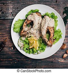 salade verte, fish, blanc, sauce crème, citron, frit, plat rouge