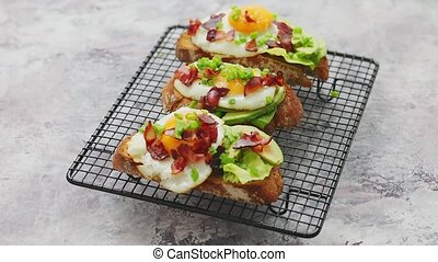 salade verte, gril, chive., lard, fait maison, oeuf, pains grillés, avocat, savoureux, servi, frit, délicieux