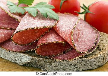 salami, planche découper, pain