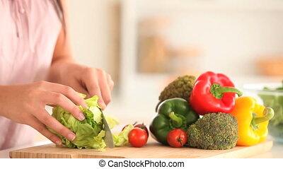 salat, frau, schneiden